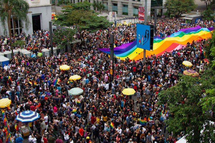 """Do @portaljovempan: Parada LGBT começa em SP aos gritos de """"Fora Temer"""" https://t.co/DVbghphQwO"""