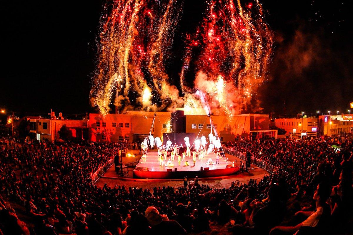 personas festejando el festival del desierto