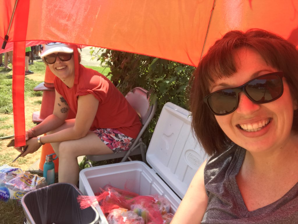Field day fun at the popsicle station!! <a target='_blank' href='http://twitter.com/ArtmercadomsMs'>@ArtmercadomsMs</a> <a target='_blank' href='http://search.twitter.com/search?q=phesbulldogs'><a target='_blank' href='https://twitter.com/hashtag/phesbulldogs?src=hash'>#phesbulldogs</a></a> 🔥 🔥 🔥 <a target='_blank' href='https://t.co/BYRu6PY2i4'>https://t.co/BYRu6PY2i4</a>