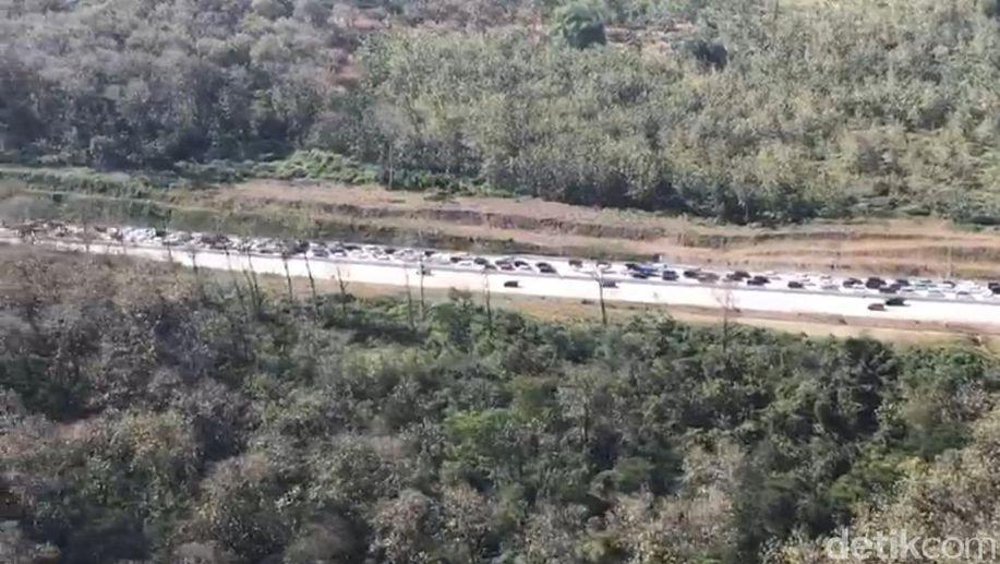 Kapolda Jatim Temukan Antrean Panjang di Pintu Keluar Tol Surabaya https://t.co/tTLhraO2X2 https://t.co/X0cZOB6gGT