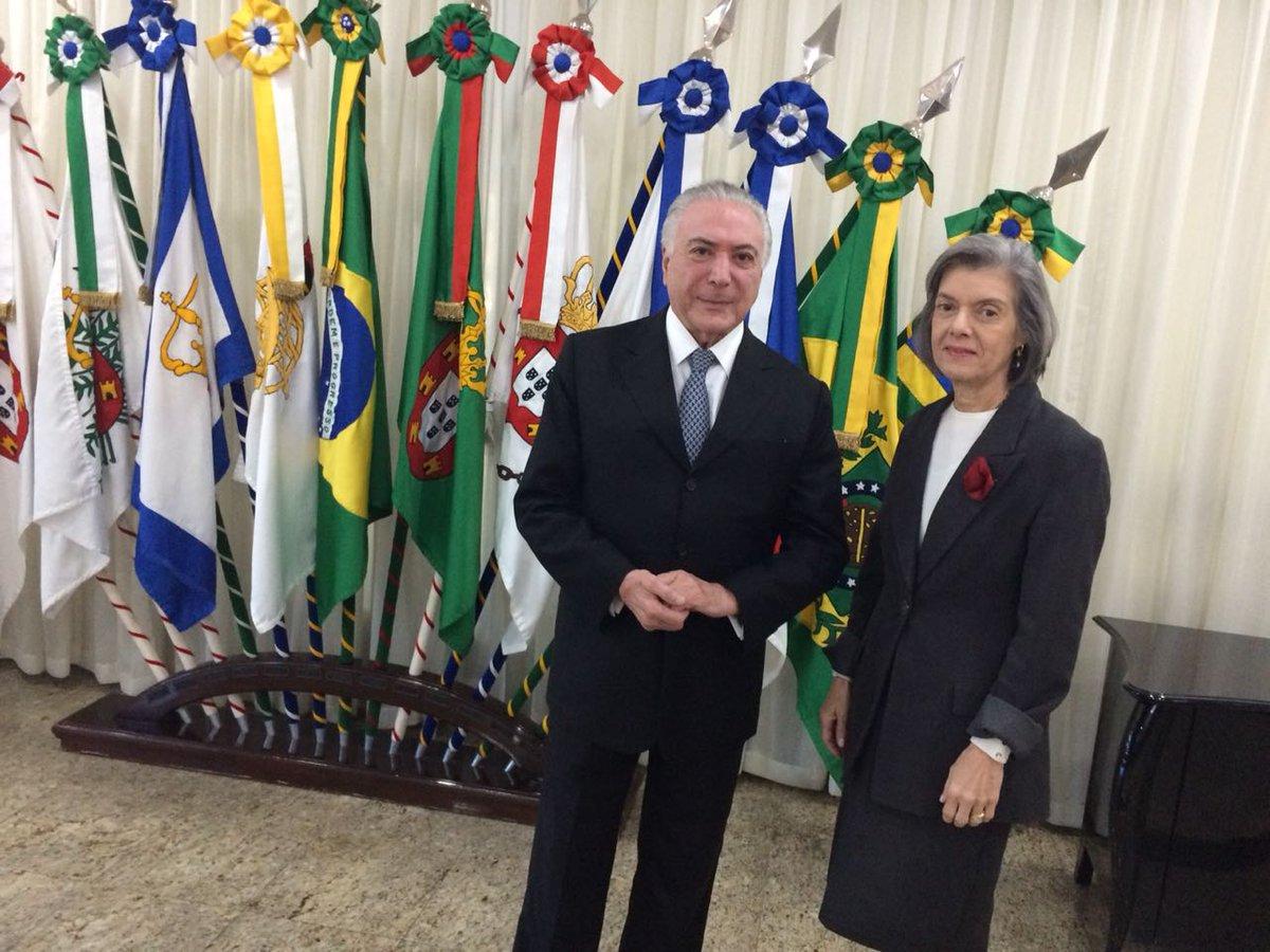 O presidente @MichelTemer viajou nesta manhã rumo a Assunção, no Paraguai, para participar de reunião da cúpula do Mercosul. Assim, a presidente do @STF_oficial, ministra Cármen Lúcia, assume a Presidência da República.
