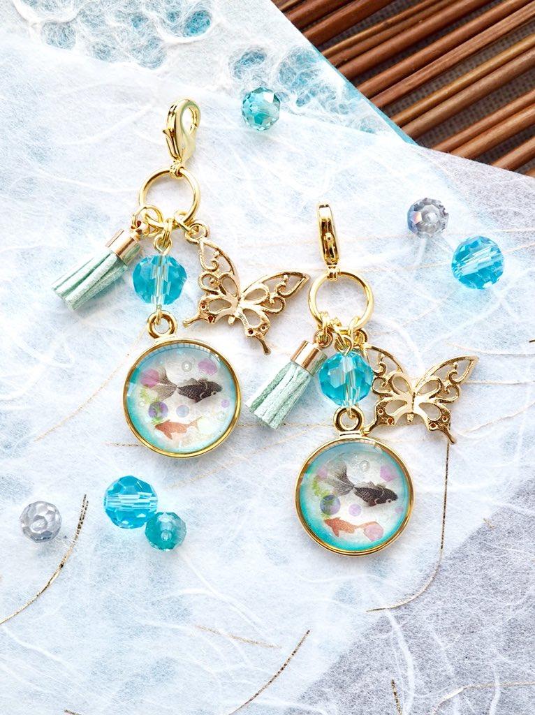 *アクアリウムのチャーム*  丸い枠にレジンで金魚を閉じ込めました。 小さなアクアリウムの中を2匹の金魚が泳ぎます🌿  #レジン #ハンドメイド #金魚 #BlueNovaLis作品