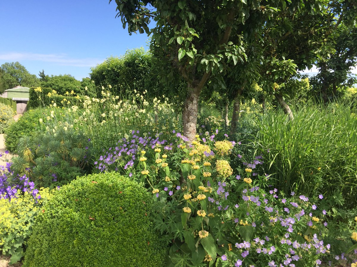 Give your dad a lovely treat tomorrow & enjoy the tranquil gardens & history here @LoseleyPark one of the @NGSOpenGardens to visit #fathersday2018 #happydad #placetovisit @VisitSurrey @GuildfordTIC #walledgarden #historichouse