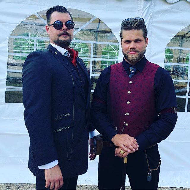 Suloisin pari, jotain vanhaa ja hienoin puku #jennijajyri2018 #steampunk #häät #twitter