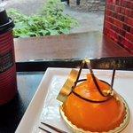 Image for the Tweet beginning: ジョエルロブション丸の内店。久しぶりにケーキを頂いた。マンゴーピューレのケーキ、美味しいけれどマンゴーの風味がちょっと弱いかな。隣の三菱1号館は今月末からBOUCHERON展らしい。そういえば2015年秋、東京都博物館でのアートオブ ブルガリは最高だった。 私は何時だって輝くものに憧れる。
