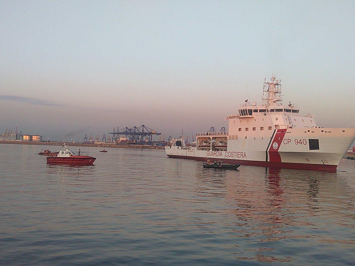 Amanece en Valencia con el primer buque del #Aquarius llegando a puerto.