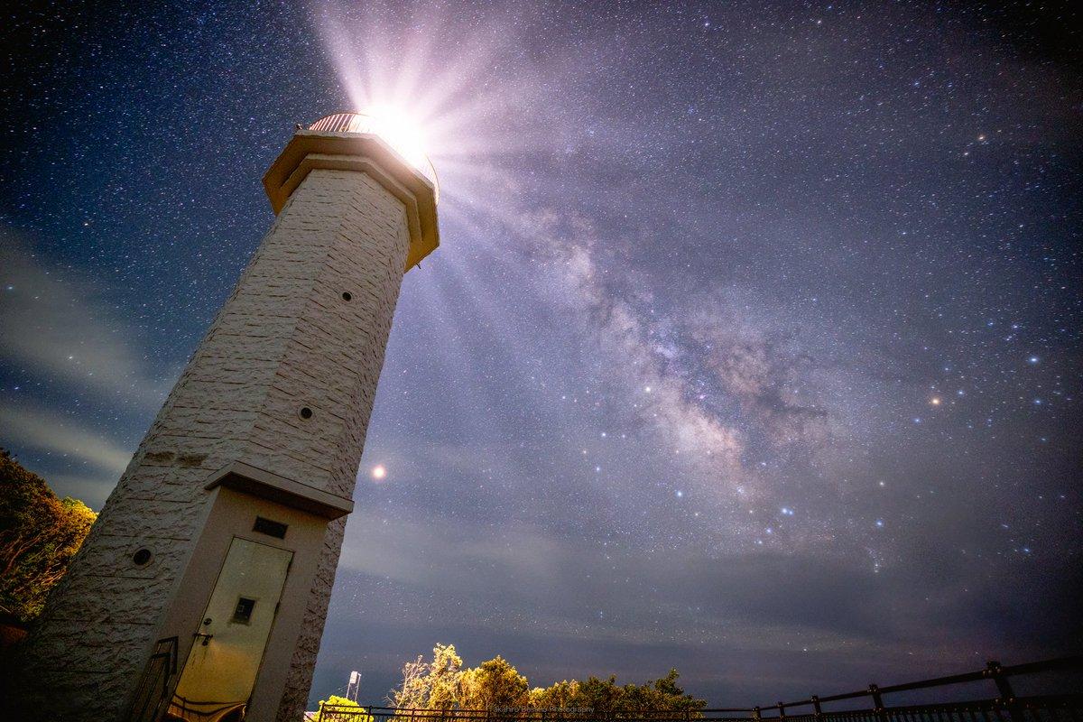 和歌山県の灯台と天の川