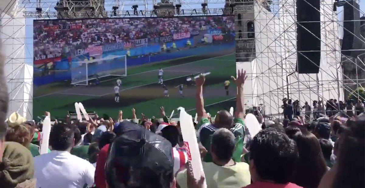 Los festejos no solo son en Rusia. Así se gritó el gol del 'Chucky' Lozano en el Zócalo Capitalino. Impresionante (VIDEO) https://t.co/uwIeBUfX0c