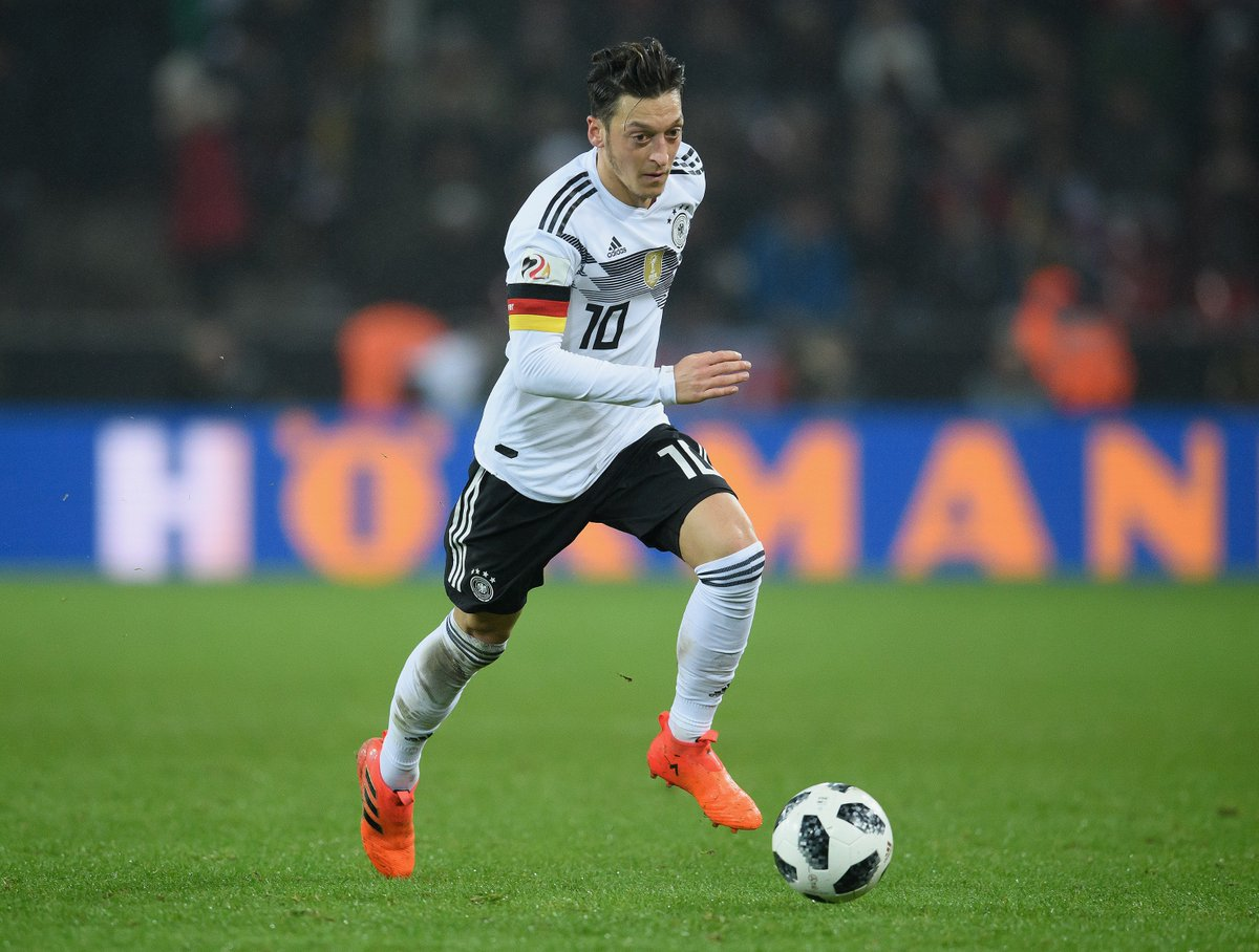 🚨 The team news is in from Moscow... and @MesutOzil1088 STARTS for @DFB_Team 🔥   Hau rein, Mesut - Jetzt geht's los! 👊  #GER #MEX #WorldCup