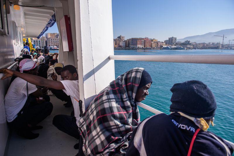 Migrantes do navio Aquarius rejeitados pela Itália chegam à Espanha https://t.co/R6bwKsOEqW