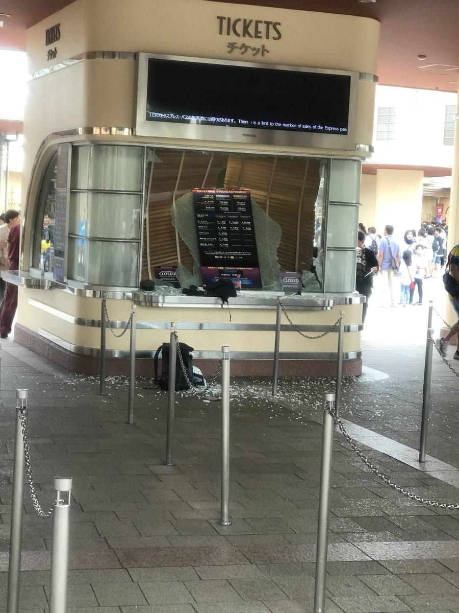 大阪地震でユニバの窓ガラスが割れている画像
