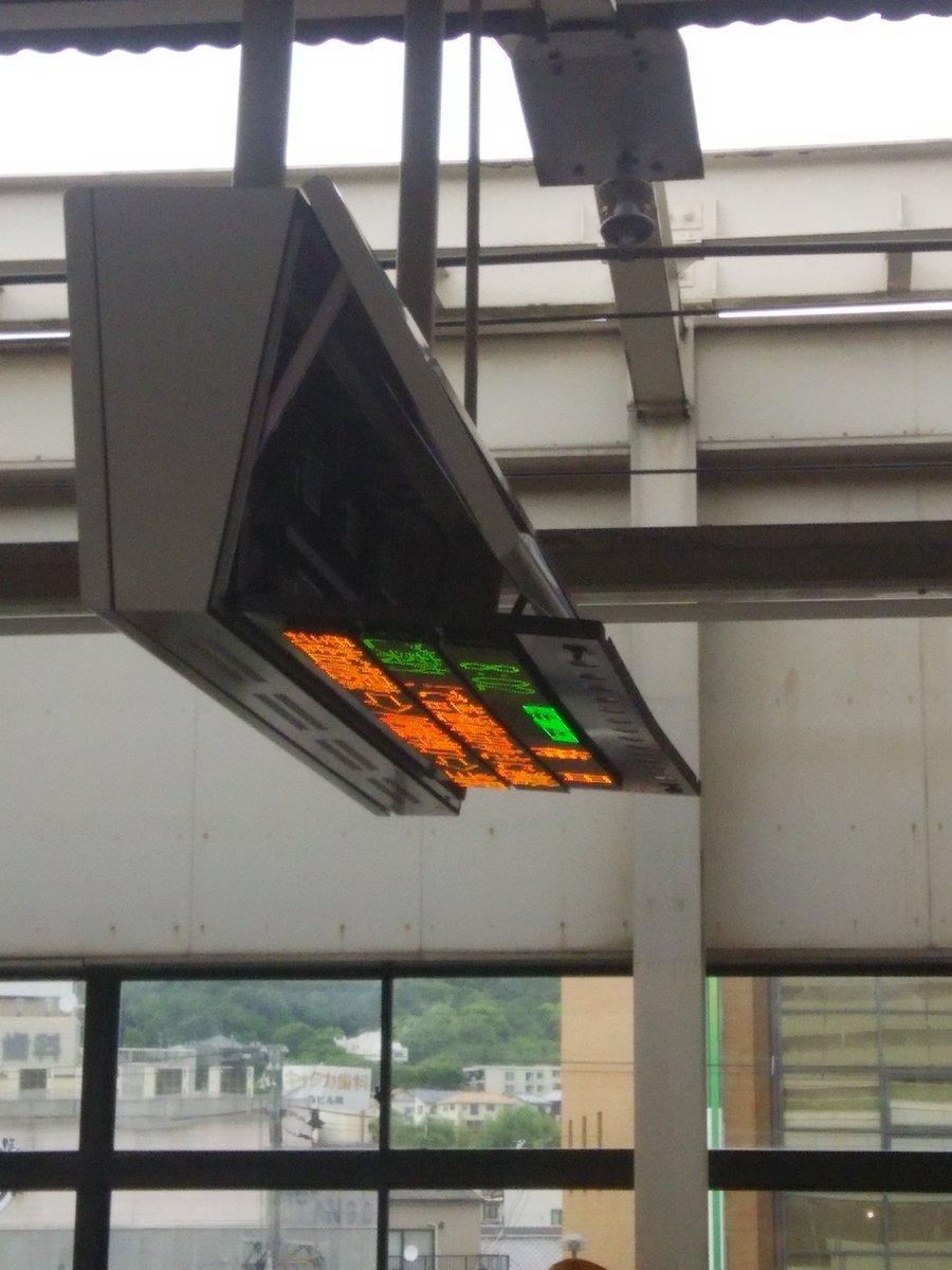 大阪地震で駅の電光掲示板が破損している画像