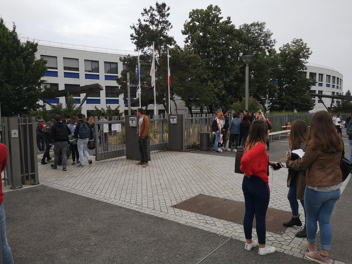 A 30 minutes du coup d'envoi du #bac2018, les portes s'ouvrent au lycée Élie Faure de Lormont en Gironde. Et chacun y va de son pronostic sur le sujet de philo. Morale, désir, bonheur ? https://t.co/ICu60WXBUX