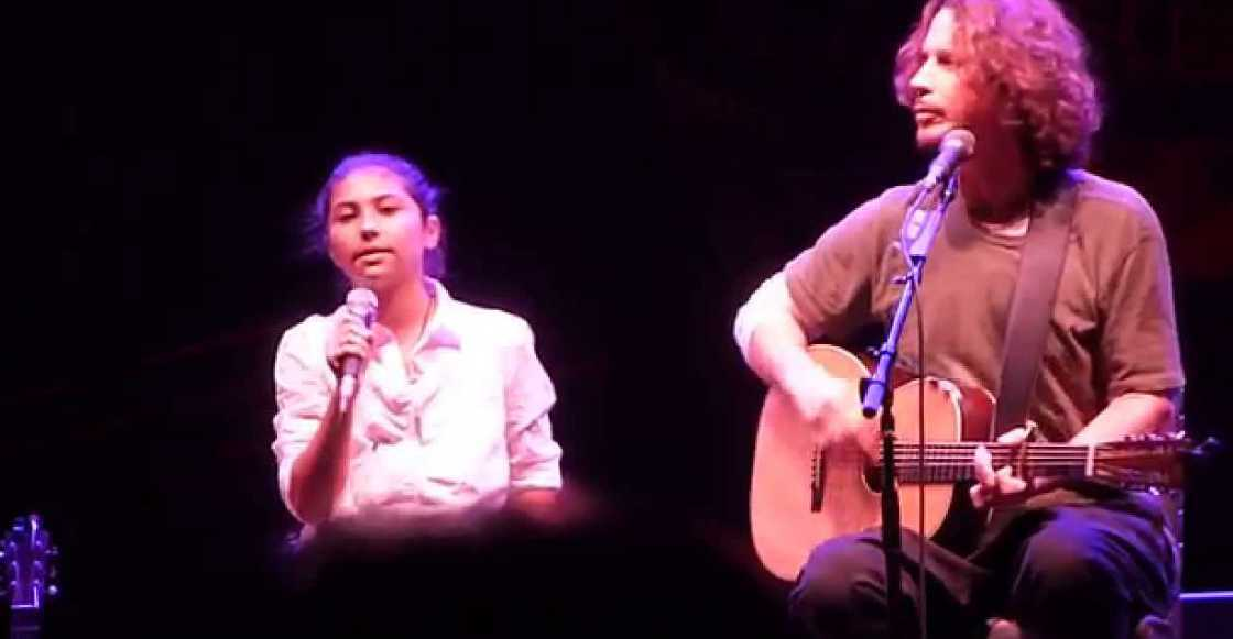 """Escucha el cover que Chris Cornell y su hija le hicieron a """"Nothing Compares 2 U"""" de Prince https://t.co/GMS49X4IVM https://t.co/PMtOVW1IPA"""