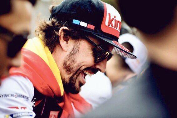 Fernando Alonso pasea orgulloso y sin complejos la bandera de España, en Francia, tras ganar, ayer junto al equipo @Toyota_Hybrid, las #LeMans24 ¡Gracias @alo_oficial! #AlonsoLeMans 💪🇪🇸 Photo