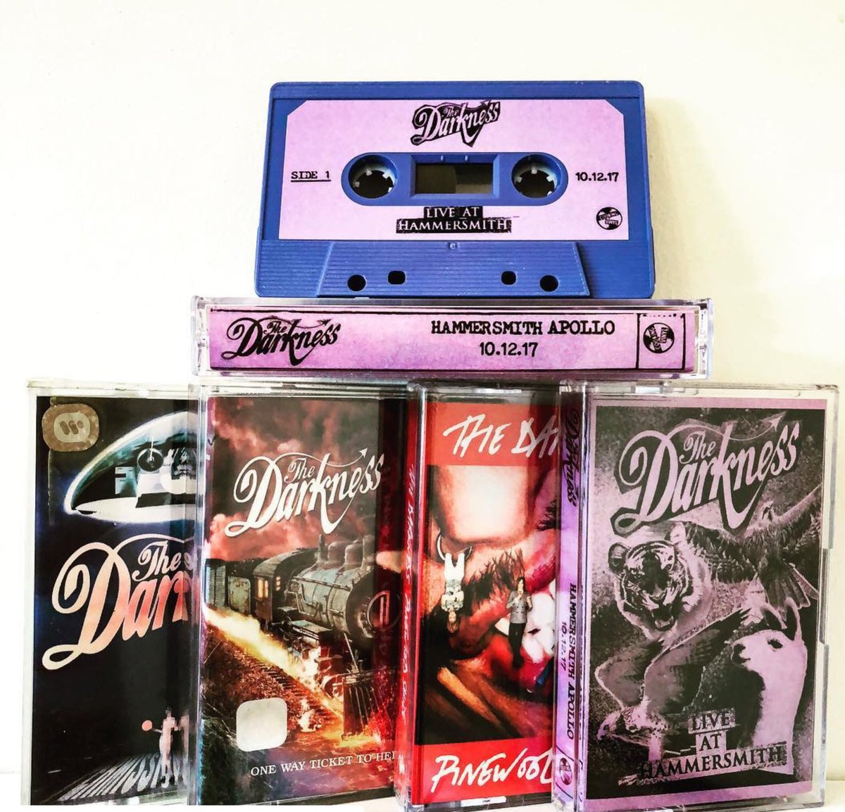 Cassettes! Our new LIVE album, The Darkness LIVE at Hammersmith is out now, available on cassette, double gatefold vinyl, CD, and computer stuff! Fanks @Sue__Thompson for the photo and the love. #thedarkness #cassette Grab it at our official store thedarkness.lnk.to/LAH