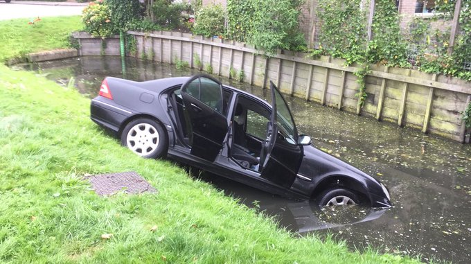 Auto te water aan de Hofsingel in Maasland. Een persoon wordt nagekeken in de ambulance https://t.co/kMQ3Gx7feH
