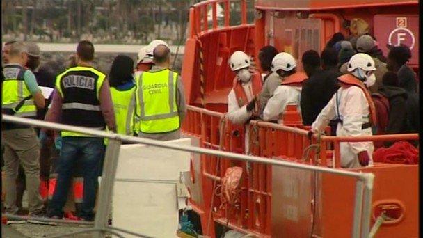 Resultado de imagen de Llegan a Aguineguín los 152 inmigrantes rescatados en alta mar