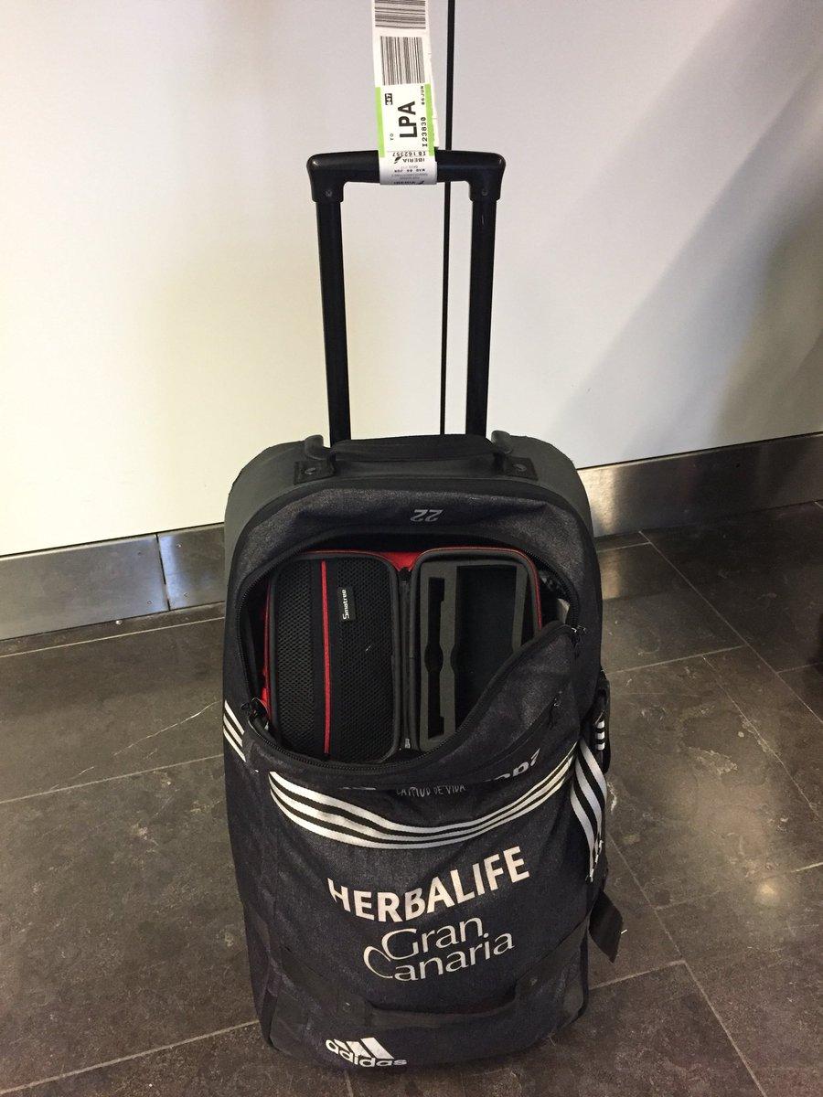 Hola   !! Así ha llegado mi maleta a Las Palmas después de 6 días de viaje!! Abierta y por supuesto, me han robado 🤬🤬🤬  #SinVerguenza