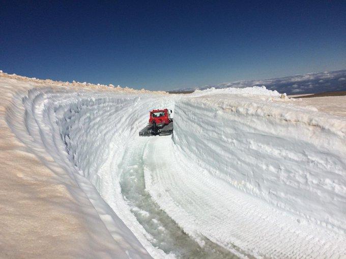 Parece una postal de los años 70, pero no, es la carretera de subida al Veleta estos días. Limpieza de nieve en #SierraNevada -a la altura del Ventisquero de Cauchiles- de cara al verano https://t.co/Me4u7m9vMc ¡Te esperamos del 30 de junio al 2 de septiembre!