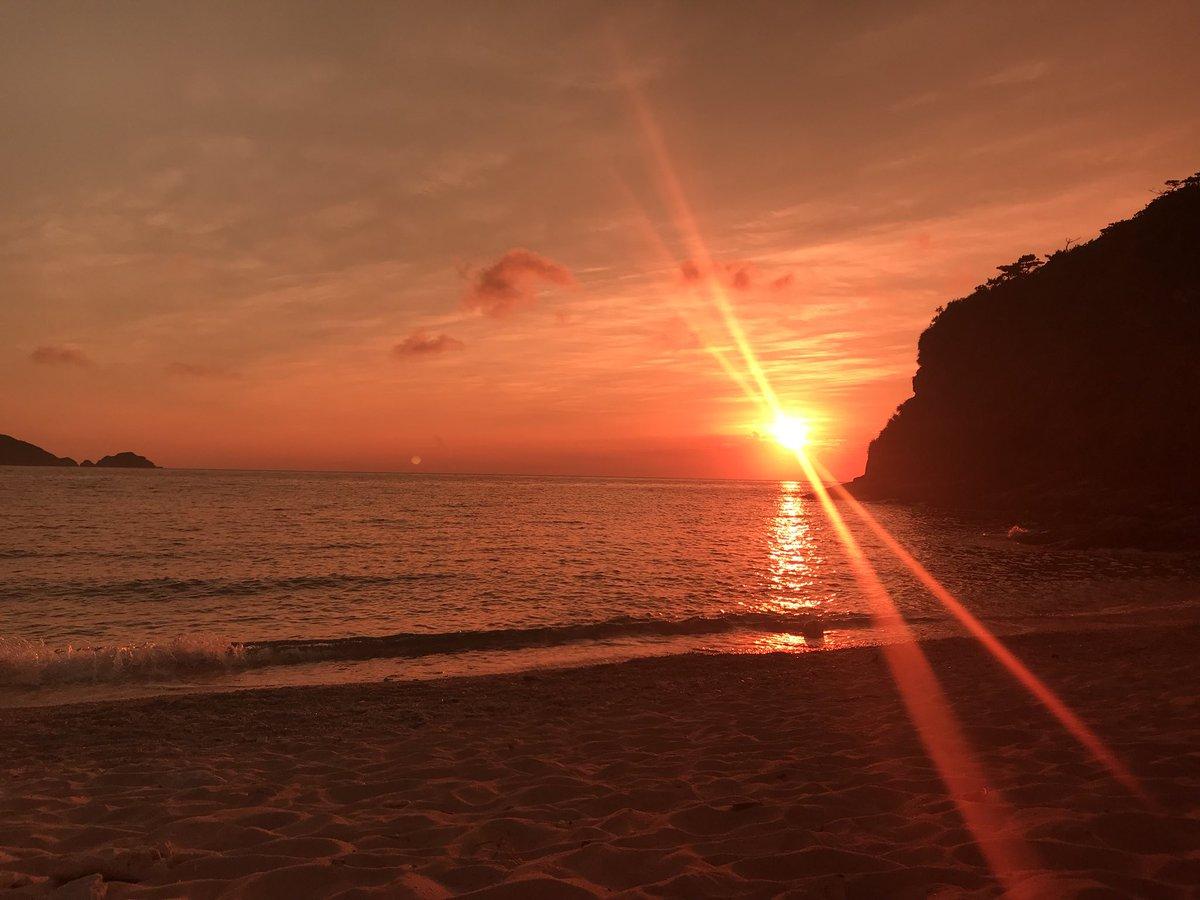 イギリスに戻る直前に、阿嘉島で海の世界へトリップしました 深い海から見上げた太陽の光と サングラス越しに見た水平線に沈む夕陽 包まれるように優しい青と 燃えるように焼きつく赤 記憶の中で、いつでも戻って来れる景色