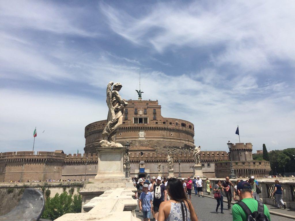 Il castello più bello del mondo 🌍 i suoi angeli custodi #7giugno #RomeIsUs @TrastevereRM @BeautyfromItaly @f_girasole @romewise @3BMeteo @claviggi @SaiCheARoma