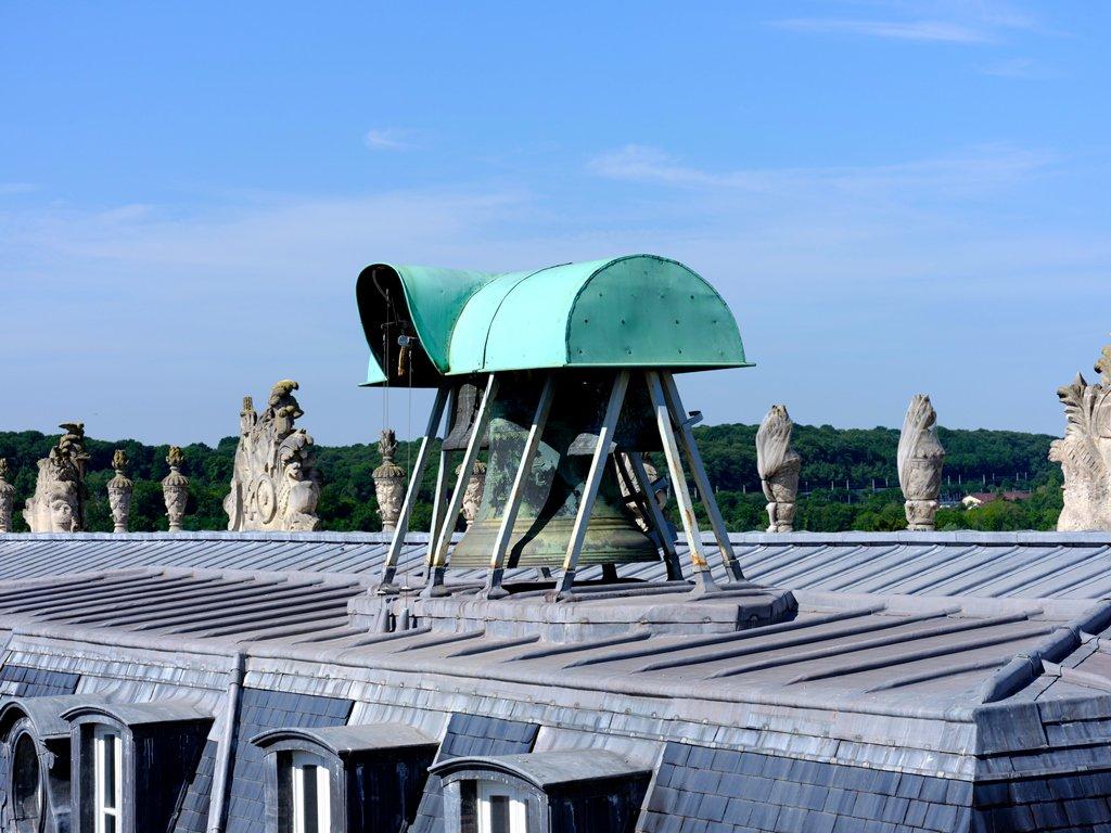 """Chateau de Versailles na Twitteru: """"#LeSaviezVous Sur les toits de la cour  des Cerfs, à quelques mètres de l'ancienne Forge de Louis XVI, se trouve le  beffroi des cloches de l'horloge de"""