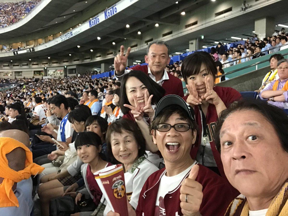 小柴先輩と東京ドームにてイーグルスの応援。巨人相手になんとか勝ってくれました!完全アウェイの中、たまたま近くに座ったイーグルスファンの方々とパチリ。声を合わせて「ウィーラー!」と叫んだ甲斐がありました!イーグルスファンは皆友達!
