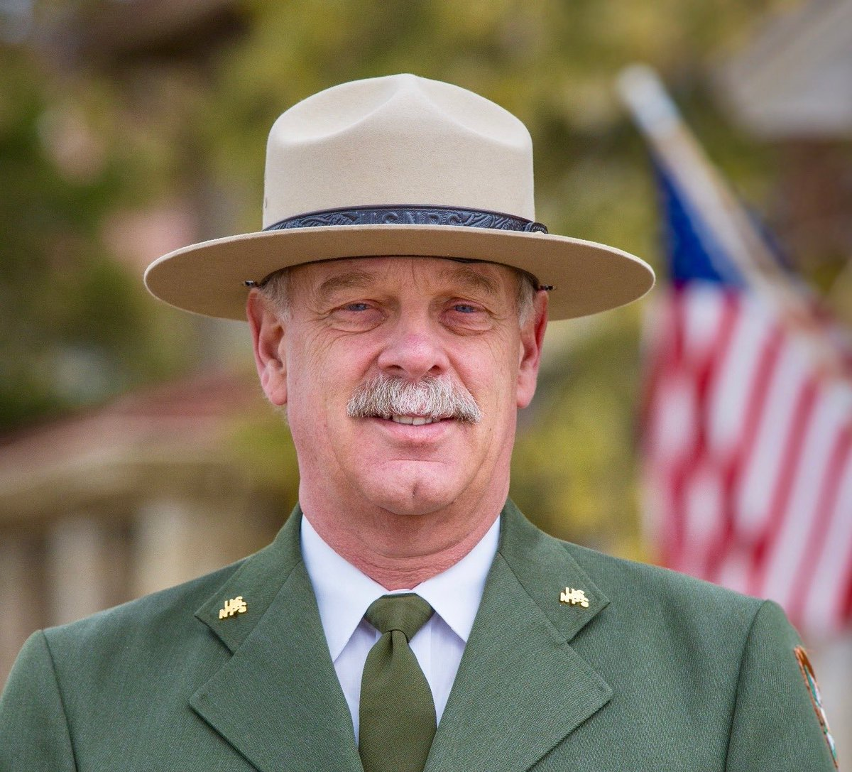 Despite Yellowstone Superintendent Dan Wenk's desire to end his 42-year-career in America's first national park, Ryan Zinke's Interior Department still demands he leave: mountainjournal.org/chief-of-yello…