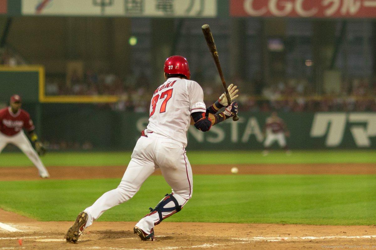 野間選手・三遊間を綺麗に抜ける打球を放つ