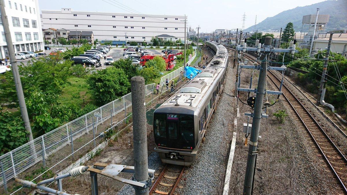 学研都市線の野崎~住道間で車が電車に衝突した現場画像