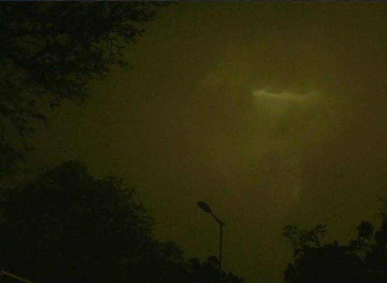 Sky turns black as dust storm and strong winds hit parts of Delhi NCR.  #dust #delhi #NCR