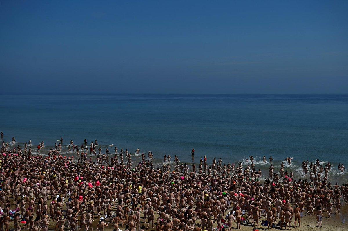 Evento reúne 2.505 mulheres tomando banho de mar nuas na Irlanda https://t.co/nDJeBnaHIn #PlanetaBizarro #G1