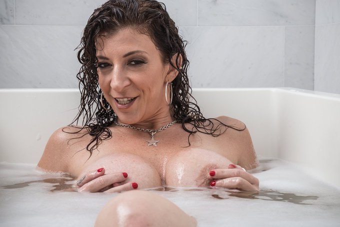 #PICOFTHEDAY 📸Cum have a bubble bath 🛁 with me 😈 RT if you like it 😘 https://t.co/pPUJtoejsG https://t