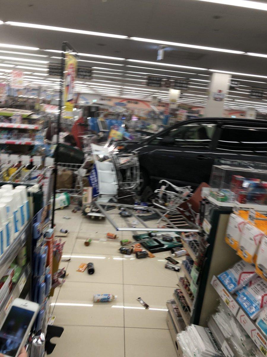 とりせん渋川店に車が突っ込んだ事故現場の写真画像