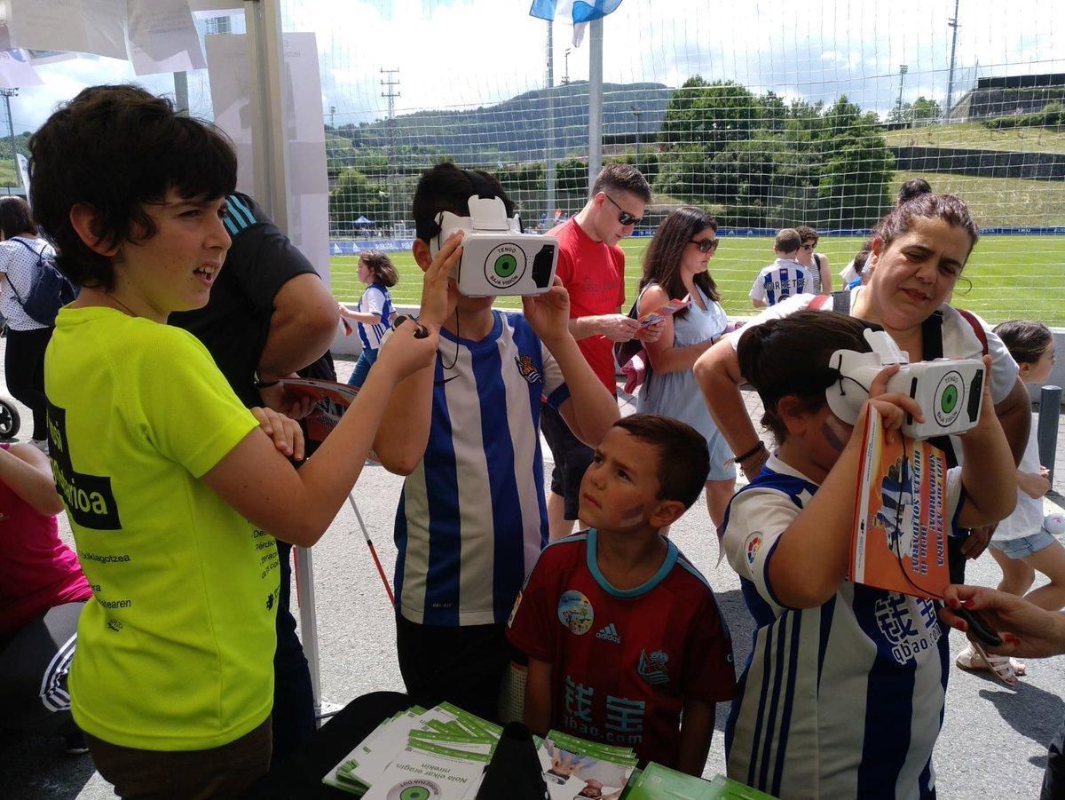 Niños probando Tengo Baja Visión VR con gafas de realidad virtual.