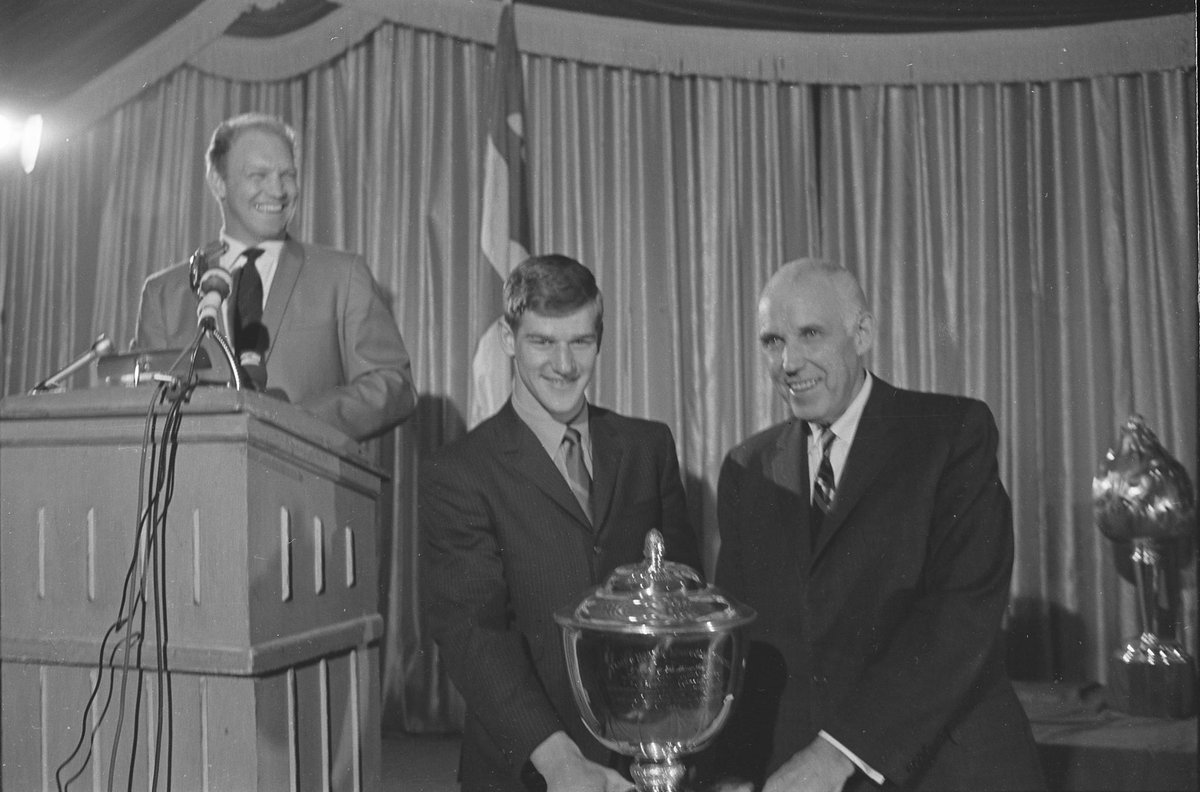 THIS DATE IN 1975: Hockey Hall of Fame member Bobby Orr of the @NHLBruins won the Norris Trophy as the NHLs best defenseman for the eighth consecutive year. More TDIH: atnhl.com/2JJBrae