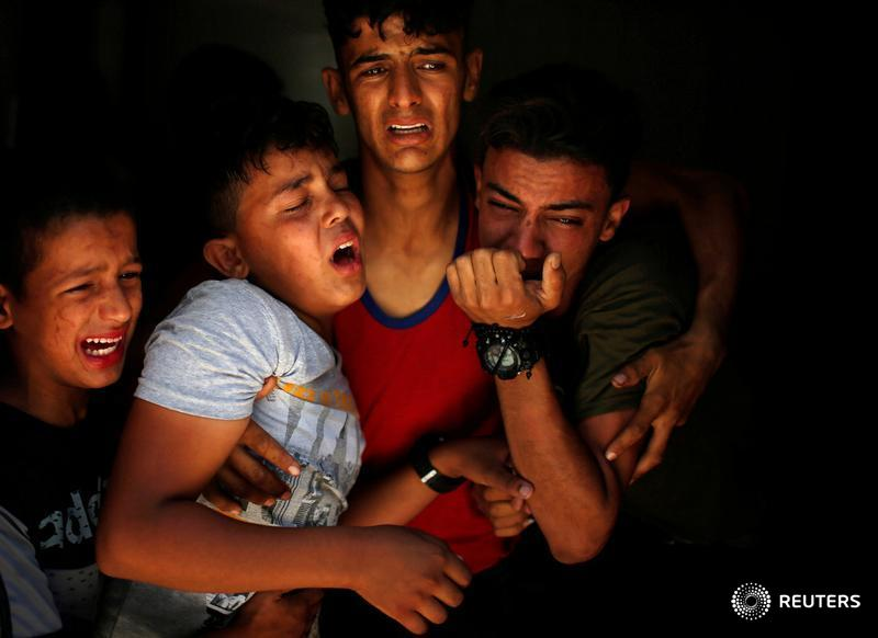 Relatives of a Palestinian, who was killed at the Israel-Gaza border, react at a hospital in Gaza City: https://t.co/NM0pcUxgOW  📷 Mohammed Salem