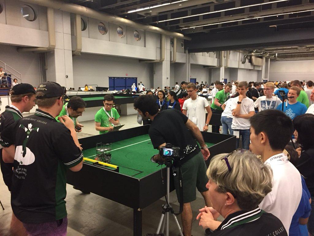 En direct de la #Robocup2018 à #Montréal ! C'est parti pour la compétition des robots 🤖 ! Et avec la bonne nouvelle du jour pour @RoboCup2020 enfin officielle à #Bordeaux ! 🎉