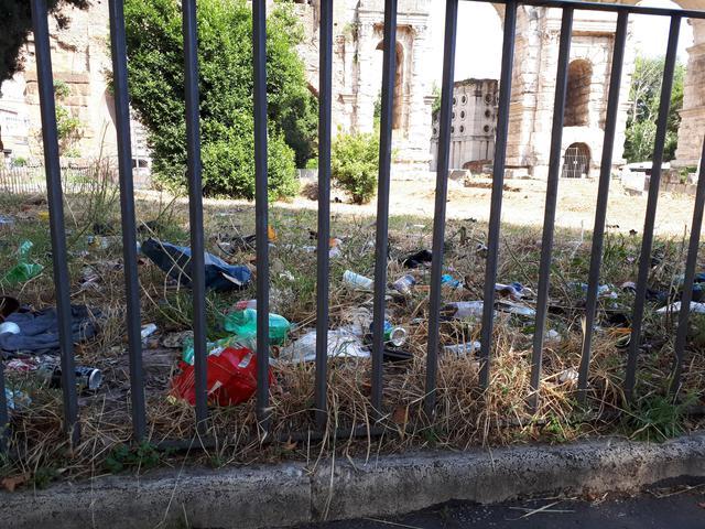 Porta Maggiore di Roma, una discarica 'di lusso' https://t.co/HP6xPYB0Jc FOTO e VIDEO #rifiuti #degrado