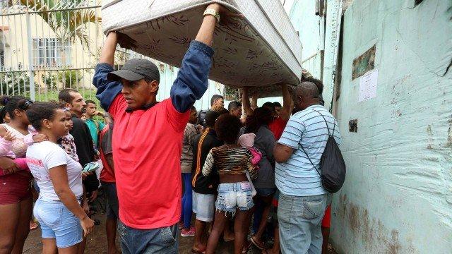 Depois de promessa não cumprida de Crivella, famílias despejadas acampam em frente à prefeitura. https://t.co/4tX9y4rQt1