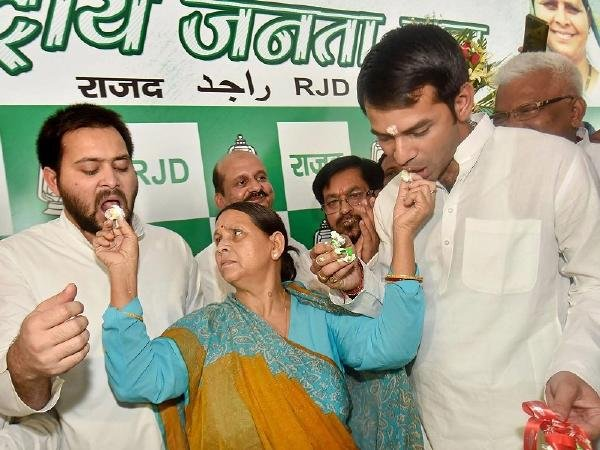 'All is well between us', says RJD chief Lalu Prasad Yadav's sons on his birthday, jointly cut cake  https://t.co/WPev1nDdrL