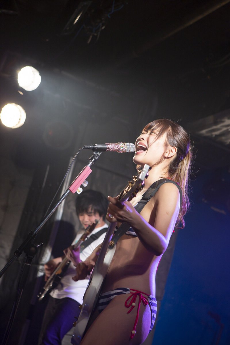 藤田恵名 ビキニ水着で歌う 画像