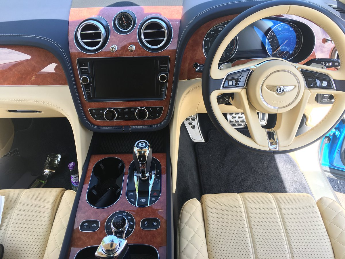 H R Owen Bentley در توییتر A Stunning Bentayga Interior This Car Wows Inside And Out With This Beautiful View Plus A Kingfisher Blue Exterior A Seriously Eye Catching Spec Hrowenbentley Bentley Bentayga
