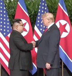 Poignée de main historique entre la Corée du Nord et les États-Unis.