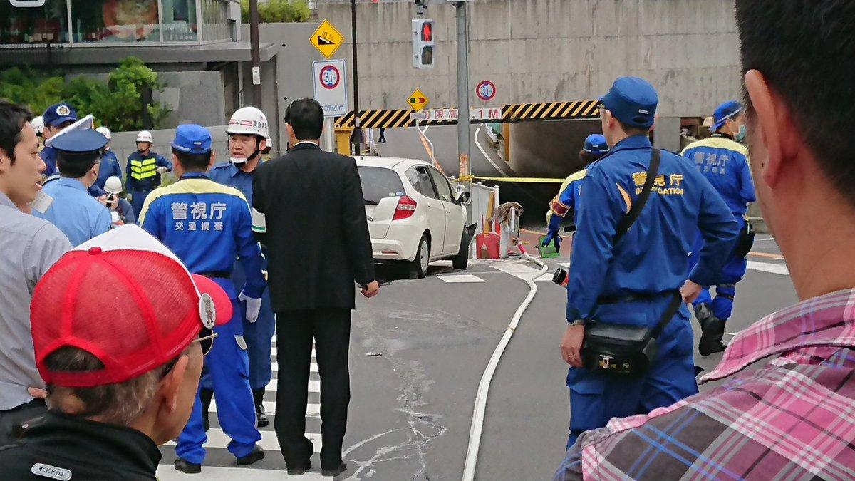 新宿区大久保の高田馬場駅付近で車が歩行者に突っ込む暴走事故現場の画像