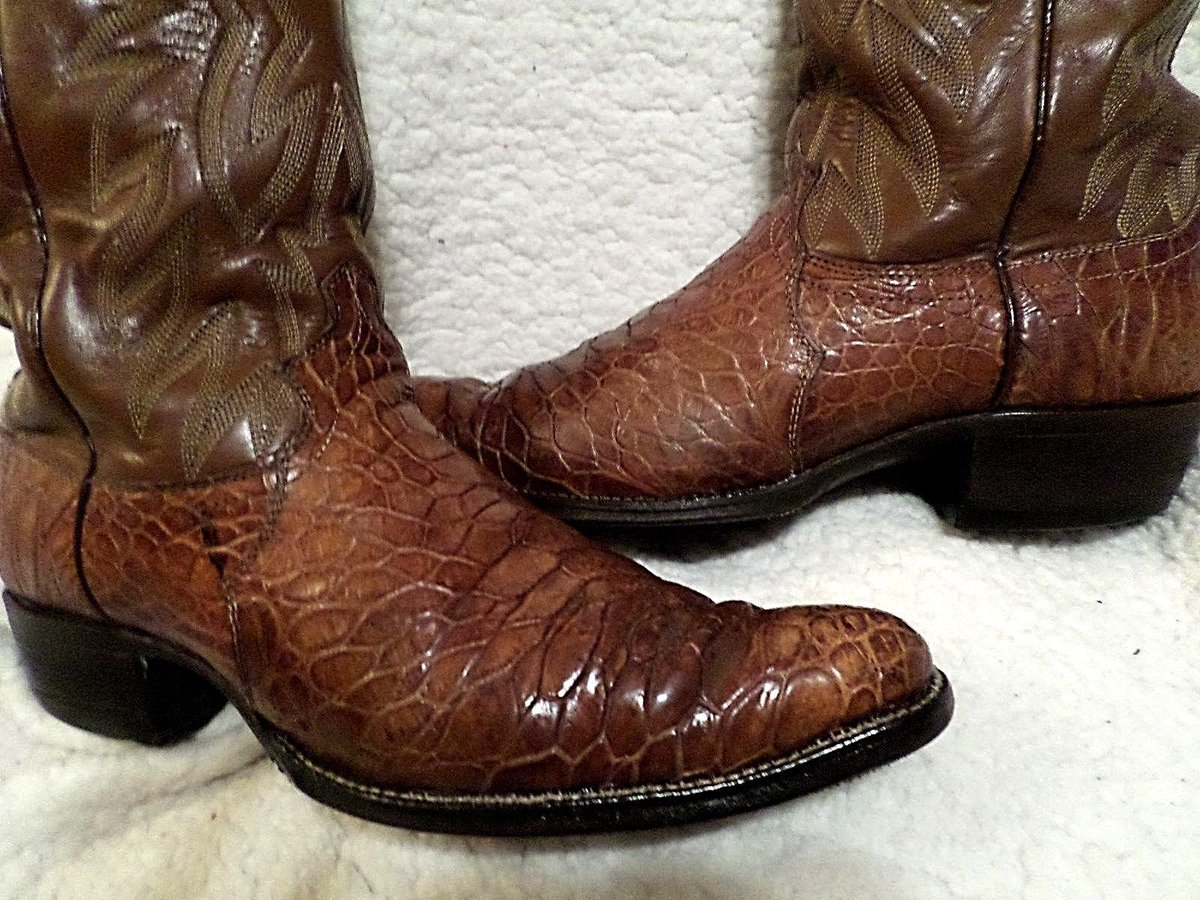""".@eBay  .@USFWS  Yet another pair of sea turtle boots illegally selling on eBay, labeled as """"alligator"""" (sellers know what they are, of course). Item 223007568808. PLEASE stop illegal traffic in protected wildlife products."""