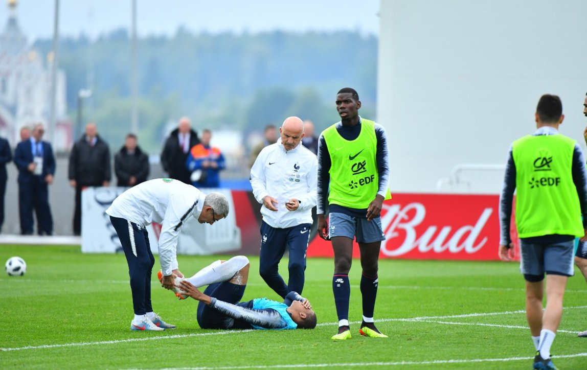ALERTE INFO - Touché à la cheville par Adil Rami, #Mbappé quitte l'entraînement des Bleus.  http://sport24.lefigaro.fr/football/coupe-du-monde/russie-2018/Fil-info/mondial-2018-touche-a-la-cheville-mbappe-quitte-l-entrainement-des-bleus-913051?utm_campaign=Echobox&utm_medium=Social&utm_source=Twitter#Echobox=1528816459  - FestivalFocus