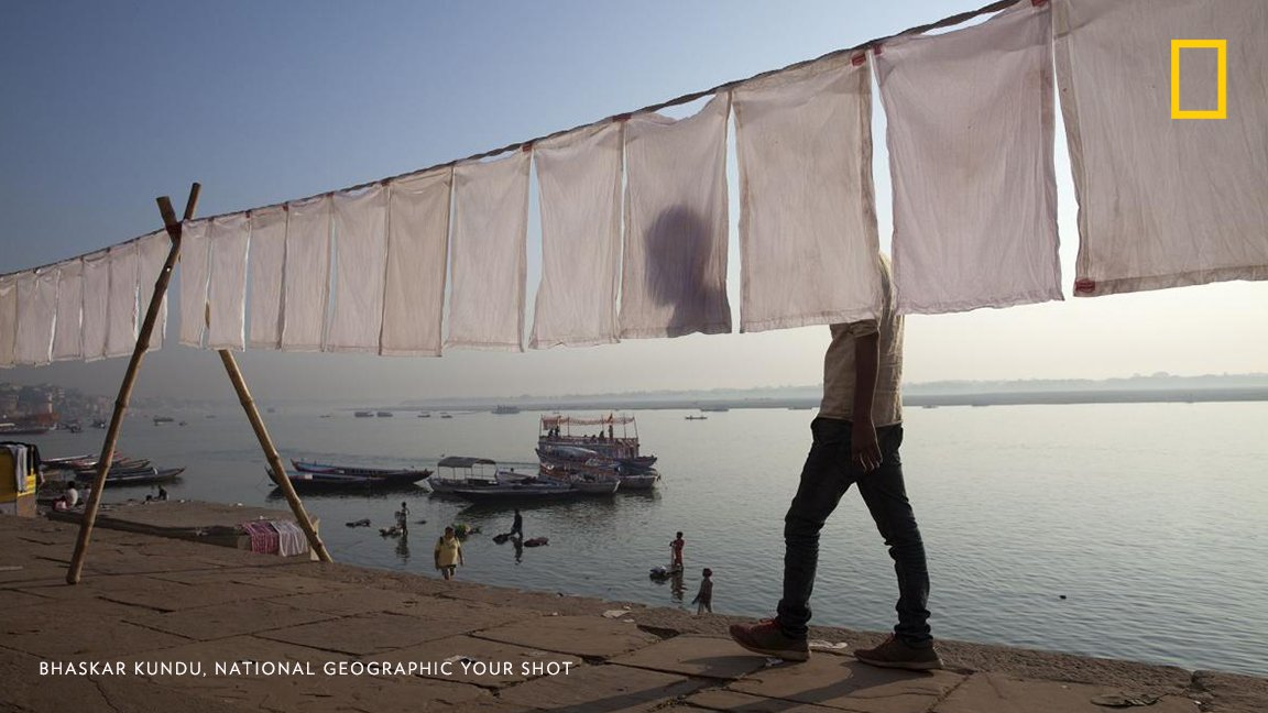 #PhotoduJour Cette image montrant du linge séchant à l'air libre à Vārānasi, en Inde, est un exemple de composition soignée. 'J'ai rapidement vu la toile se créer sous mes yeux' se souvient le photographe Bhaskar Kundu.