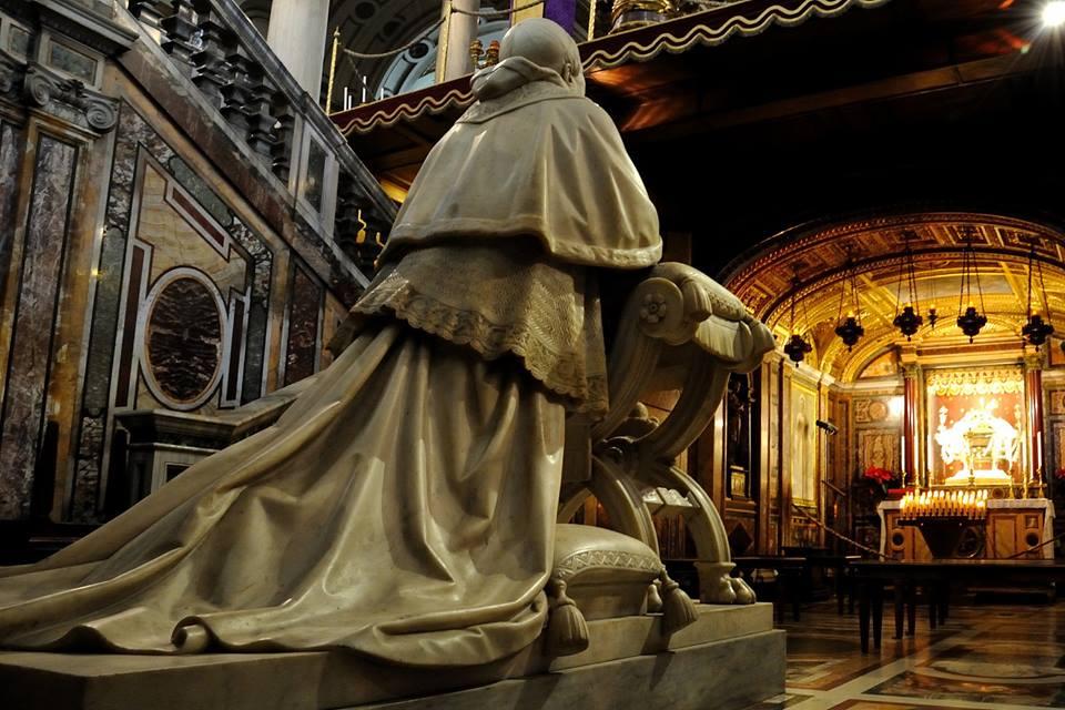 facebook.com/gianlucaguidat… Statua monumentale di Papa Pio IX nei pressi della confessio della Basilica di Santa Maria Maggiore. Un #Papa che, nel bene e nel male, ha fatto la Storia di #Roma... #romeisus #Rome @RerumRomanarum @romewise @igersroma @JPaul33267538